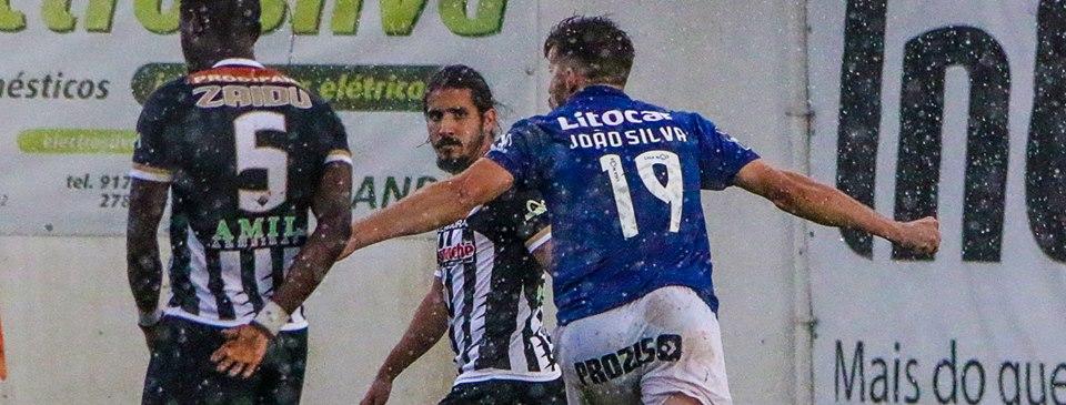 Joao Silva marca em frente